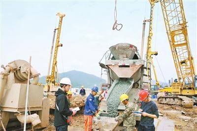 混凝土搅拌车施工 洪鹤大桥主墩浇筑现场。珠海交通集团供图