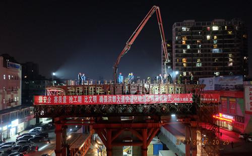 三一重工泵车浇筑混凝土 洪都大道快速化改造工程首个墩顶横梁浇筑完成