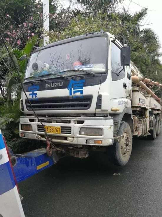 一水泥泵车故障漏油致使南宁竹溪大道事故不断,拥堵近8公里!