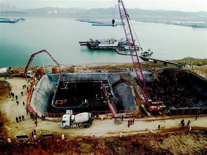 三一重工泵车浇筑混凝土 正在建设中的伍家岗长江大桥