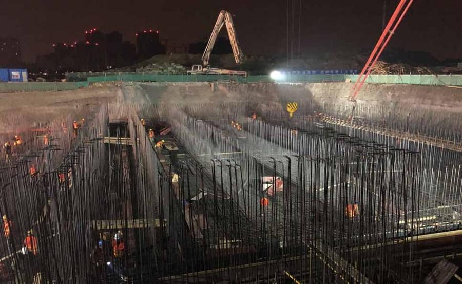 夜间浇筑施工场面 三一重工泵车和中联重科泵车参与施工